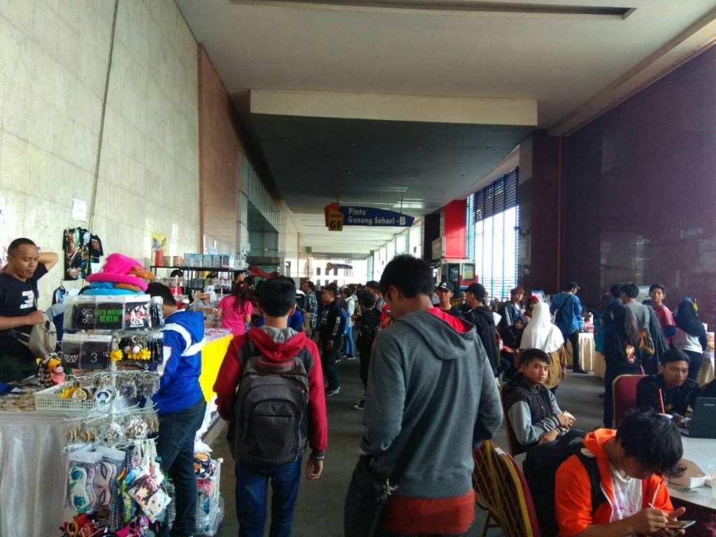 Suasan Stand menjual Aksesoris dan Makanan