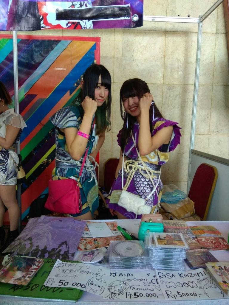 Para member Enka Girl Siap Menyambut di dalam Standnya