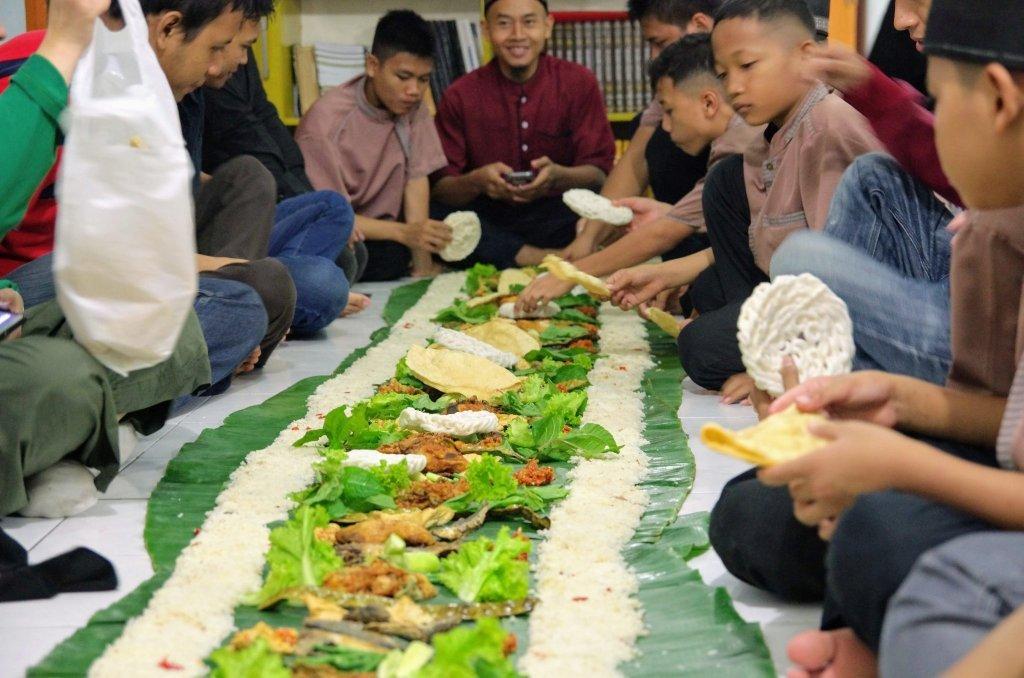 makan bersama dengan adik-adik panti