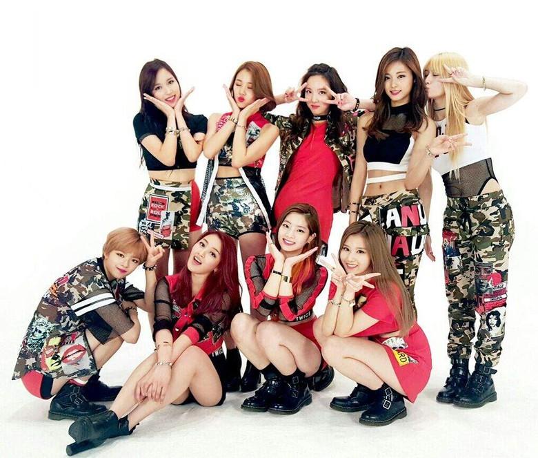 Twice: Nayeon, Jeongyeon, Momo, Sana, Jihyo, Mina, Dahyun, Chaeyoung, dan Tzuyu.